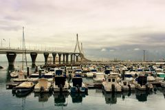 Yacht nel porto sotto il ponte Fotografie Stock