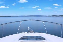 Yacht nell'oceano Immagini Stock