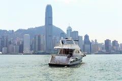 Yacht nella baia con i grattacieli nei precedenti Il bello paesaggio urbano Immagine Stock