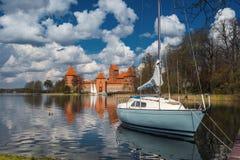 Yacht no lago perto do castelo da ilha de Trakai Imagens de Stock Royalty Free