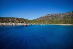 Yacht no mar, baía bonita em Turquia, Bodrum Costa egéia Foto de Stock