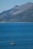 Yacht no mar de adriático, montanhas, Croatia Foto de Stock Royalty Free