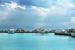 Yacht no tempo nebuloso do porto marítimo, horizontal fotografia de stock
