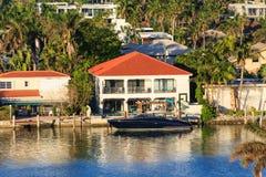 Yacht noir par le manoir à Miami Image libre de droits