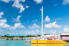 Yacht o barca a vela giallo Fotografia Stock Libera da Diritti