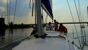 Yacht o cruzamento no rio, capitão que ensina o homem novo dirigir vídeos de arquivo