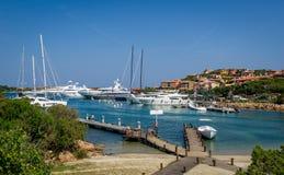 Yacht o porto e a praia pequena da areia na baía de Porto Cervo foto de stock royalty free