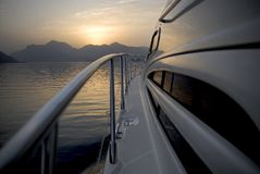 Yacht o título às montanhas Fotos de Stock