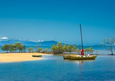 Yacht och anbud i tropiskt läge fotografering för bildbyråer