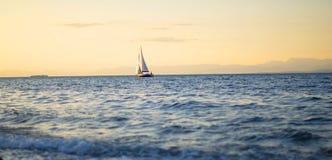 Yacht och blått vatten av havet Arkivbild
