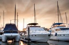 Yacht och fartyg på marina i aftonen Arkivfoto