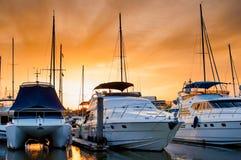 Yacht och fartyg som ansluter på marina i aftonen Royaltyfria Foton