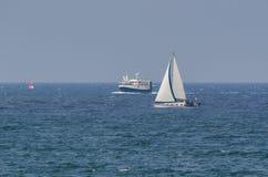 Yacht och fiskebåt Royaltyfri Bild