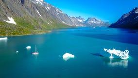 Yacht och isberg Förbluffa aerophoto Grönlandnaturfjord fotografering för bildbyråer