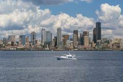 Yacht- och Seattle horisont Arkivfoton