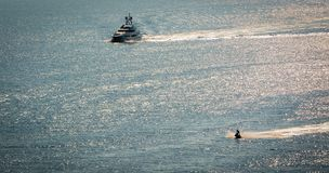 Yacht- och strålcykelsegling royaltyfri bild