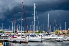 Yacht oder Motorboot am Hafen Stockbild