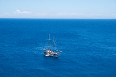Yacht in offenem Ozean Lizenzfreie Stockfotos