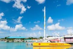 Yacht ou bateau à voile jaune Photographie stock libre de droits