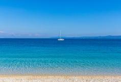 Yacht på att bedöva fjärden i Kroatien Royaltyfria Foton