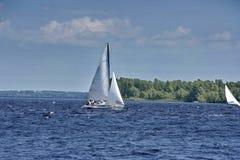 Yacht på den Dnieper floden Royaltyfria Bilder