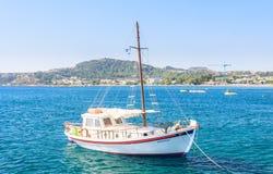 Yacht på den medelhavs- kusten I Rhodes ö Grekland Arkivbilder