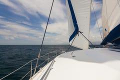 Yacht på det öppna hav. Arkivbild