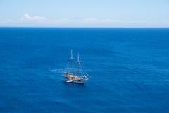 Yacht på det öppna havet Royaltyfria Foton