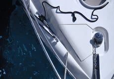 Yacht på ett aquamarinhav arkivfoton