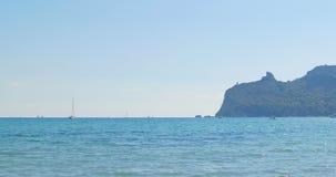 Yacht på horisont Havssikt på den soliga dagen för sommar Havet landskap stock video