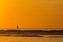 Yacht på horisonten Arkivbilder