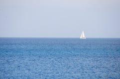 Yacht på horisonten arkivbild