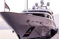 Yacht på pir Arkivbild