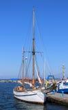 Yacht på pir Royaltyfria Bilder