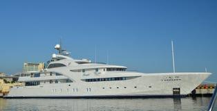 Yacht på pir Arkivfoto