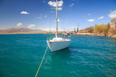 Yacht på pir Royaltyfria Foton