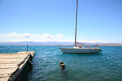 Yacht på pir på sjön Arkivfoton