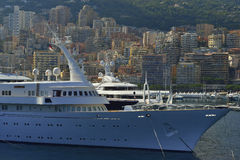 Yacht på solnedgång i Monaco Arkivbild