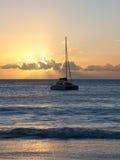 Yacht på solnedgången royaltyfri bild