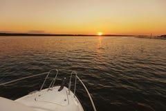 Yacht på solnedgången Yacht i havet Näsa av yachter på solnedgången Segla på havet royaltyfri fotografi