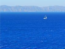 Yacht par une côte images stock