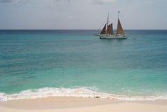 Yacht passant une belle plage des Caraïbes image stock