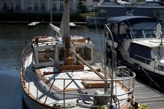Yacht am Pier Lizenzfreies Stockbild