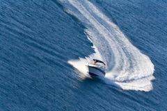 Yacht pilotant rapide sur la mer Images libres de droits