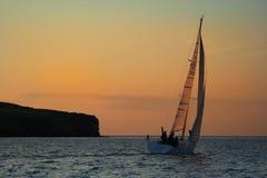 Yacht près à une île. Photo stock