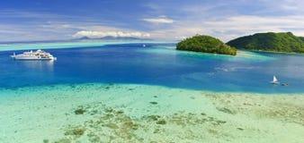 Yacht près de plage sur l'île dans South Pacific Images libres de droits
