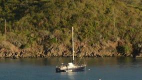 Yacht près de St Thomas, USVIS banque de vidéos