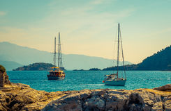 Yacht près des îles images stock