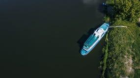 yacht près du rivage sur la rivière dans la jungle d'Amazone photos stock