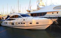 Yacht privato di lusso del motore sul jett fotografia stock libera da diritti